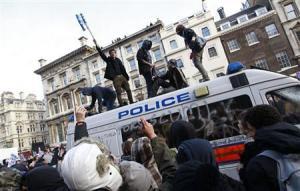 Estudiantes tomaron una furgonta como modo de protesta.