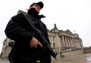 Policia en Reichstag. Cortesia: Reuters